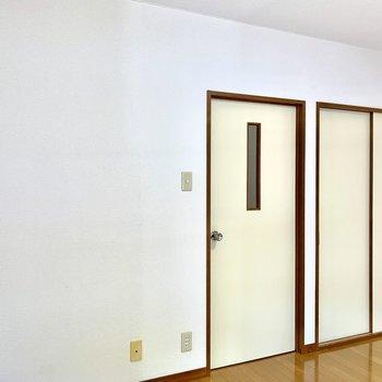 扉の色に年代を感じます