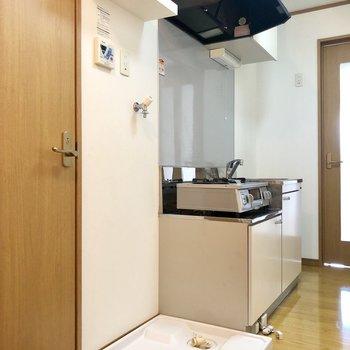 洗濯機置き場が室内にあるのは嬉しいですね。※コンロは設備になります※写真は2階の同間取り別部屋のものです