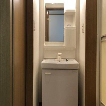 ポケット収納もある独立洗面台。※写真は2階の同間取り別部屋のものです