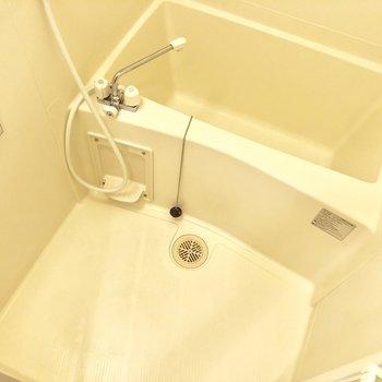 お風呂はゆっくり肩まで浸かれそう。※写真は2階の同間取り別部屋のものです