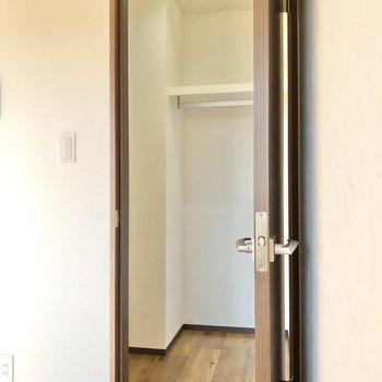 右のドアの先にはウォークインクローゼットがありました。