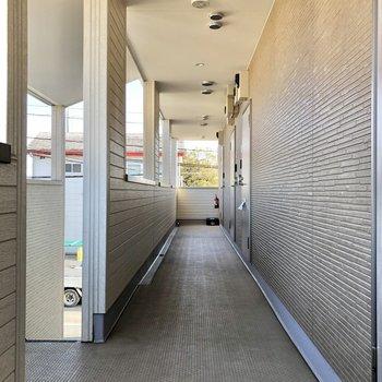 お部屋の前には落ち着きのある廊下が続きます。