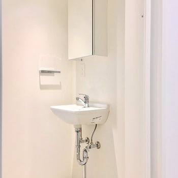 シャープなデザインの洗面台。