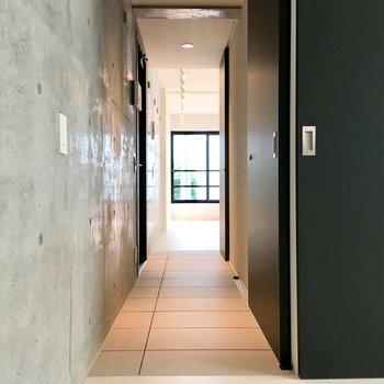玄関は部屋の移動に使います。マットを敷いて、靴は外で脱ぐのがいいかな