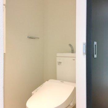 トイレは個室ですよ。上部のラックにストックを。