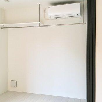 エアコンの横は棚として使えますね。