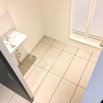 脱衣所のスペースも十分。洗面台の横に洗濯機置き場。