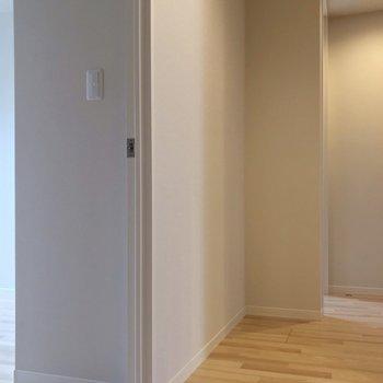 玄関側に立って、2つ横並びで洋室があります。