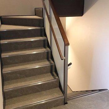 階段をのぼって2階まで。冷蔵庫や洗濯機の搬入も困らない幅がしっかり。