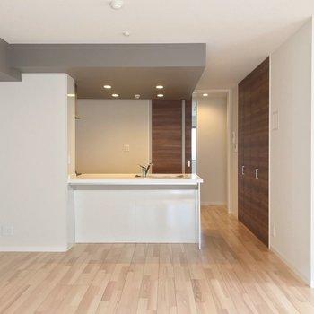 キッチン周りはダウンライトで明るく照らします。