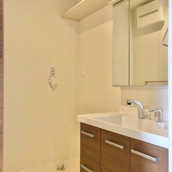 どっしり洗面台で朝の支度もラクラク!長い棚が便利だなぁ。