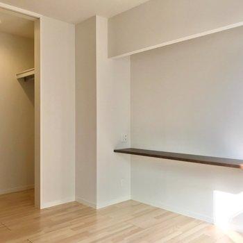 この机も備え付け!収納は奥行きたっぷりウォークインクローゼットです。