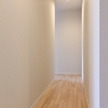 玄関入って、左に曲がってリビングへ。