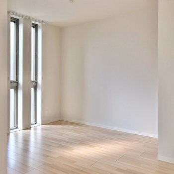 隣には2面採光の6.4帖の洋室。お子さまの遊び場にしてもいいですね。