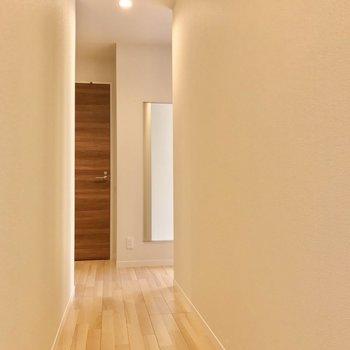 廊下の先にももう1つの洋室。