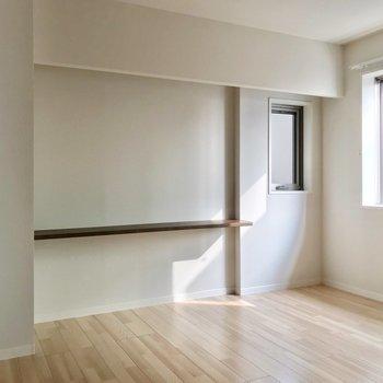 キッチンの裏に6.5帖の洋室。夫婦の寝室にしてもいい広さ◎