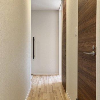 廊下には2つの扉があり、