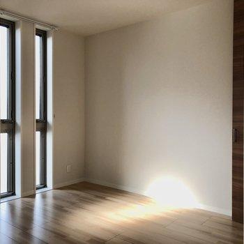 リビング横5.6帖の洋室は縦長の窓が2つ。風通しよりは柔らかな採光メインです。