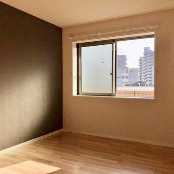 玄関側6.5帖の洋室は黒のアクセントクロスでかっこいい雰囲気。