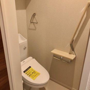 手前はウォシュレット付きのトイレ。