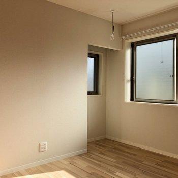 5.4帖の洋室へはキッチン後ろから。窓下に壁付けで家具置けます。