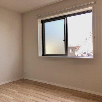 4.9帖の洋室は側面に窓が!壁付けでベッドも置けます。