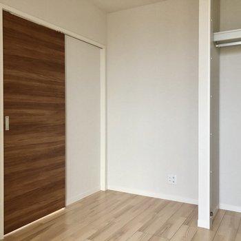 引き戸を閉めると個室感しっかりあります。収納も1人サイズ。
