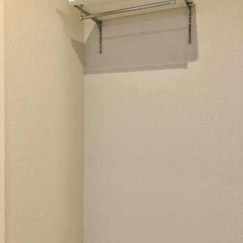 洗濯機置場が!上の棚は洗剤などを置くのに使えます。