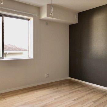 6.6帖の洋室にはかっこいい黒のアクセントクロスが!