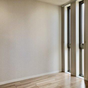 5.1帖の洋室は縦長の窓が2つ並んでいます。換気よりは採光がメインです!