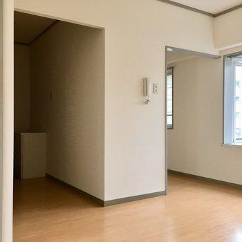 右側にはキッチン、左側は玄関スペース!