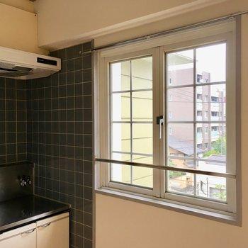 キッチンにも窓があって、換気も出来ますね。