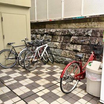 自転車置き場は小さめ。屋根は付いていません・・・