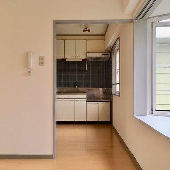 キッチンスペースに区切り付けたいときは、突っ張り棒にカーテン付けても◎