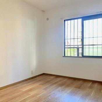 【洋室約5.8帖】ベッドは窓の下にどうぞ。