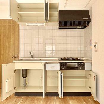 【DK】冷蔵庫は右手の壁に寄せて置きましょう。