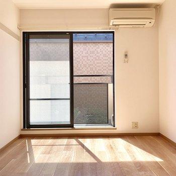 【洋室約6帖】コンセントは窓右下に。