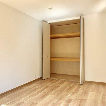 【洋室約6帖】白い壁の前にソファを置いたり。