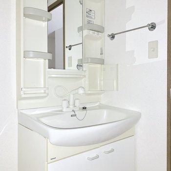 鏡横には歯ブラシも収納できますよ。