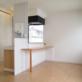 カウンターキッチンでご飯もその場で。※写真は3階の同間取り別部屋、清掃前のものです