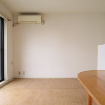 こちらにベッドなど置くといいですね※写真は3階の同間取り別部屋、清掃前のものです