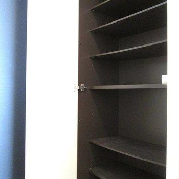 シューズボックスはたくさん入りそう※写真は3階の同間取り別部屋、清掃前のものです