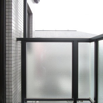 バルコニーでお洗濯物も◎※写真は3階の同間取り別部屋、清掃前のものです