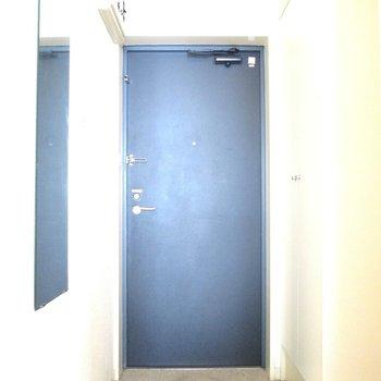 玄関はコンパクトに。※写真は3階の同間取り別部屋、清掃前のものです
