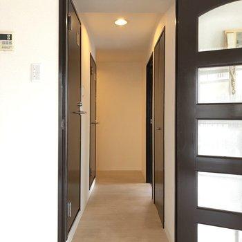 それでは廊下へ。※写真は2階の同間取り別部屋のものです