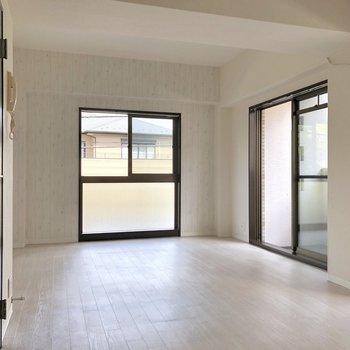 【LDK】振り返って。こちらはゆったりリビングとして。※写真は2階の同間取り別部屋のものです