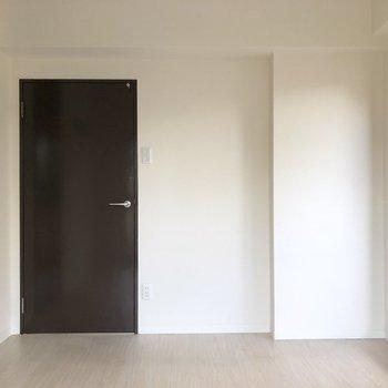 【洋室5.5帖】艶のある黒がかっこいいですね。※写真は2階の同間取り別部屋のものです