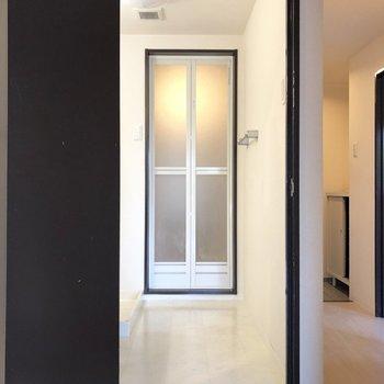 1段上がって脱衣所へ。※写真は2階の同間取り別部屋のものです