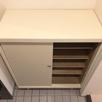 シューズボックスは5段分。※写真は2階の同間取り別部屋のものです