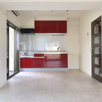 まるで赤リップのようなキッチン。※写真は2階の同間取り別部屋のものです